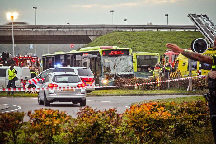 Bij een botsing in Almere zijn vier mensen gewond geraakt.
