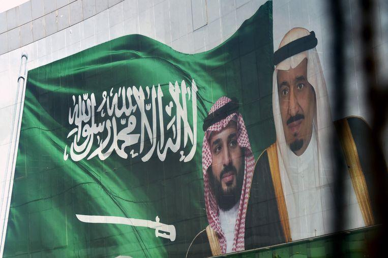 Portretten van de Saoedische koning Salman bin Abdulazziz en zijn zoon, kroonprins Mohammed bin Salman, 18 oktober 2018 in Riyadh. Beeld AFP