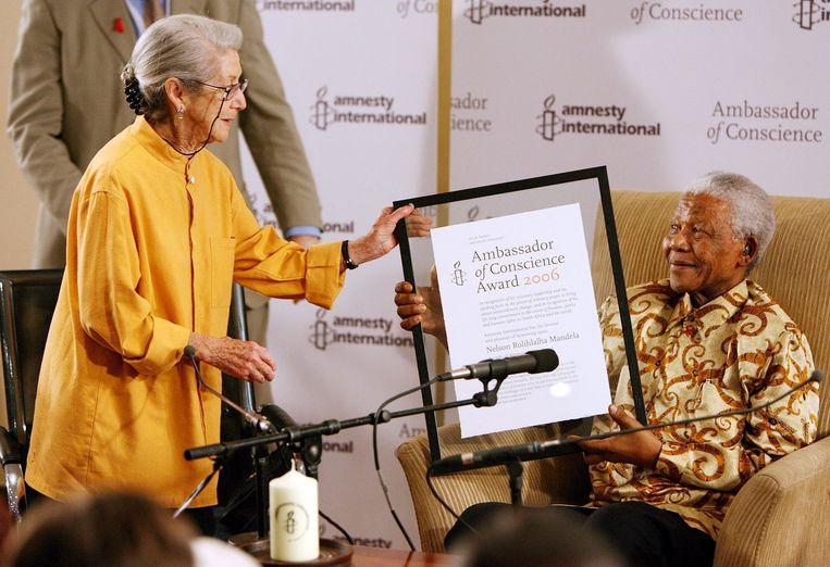Nadine Gordimer en Nelson Mandela in 2006. Gordimer reikt Mandela de Amnesty International Ambassador of Conscience Award uit. Beeld EPA