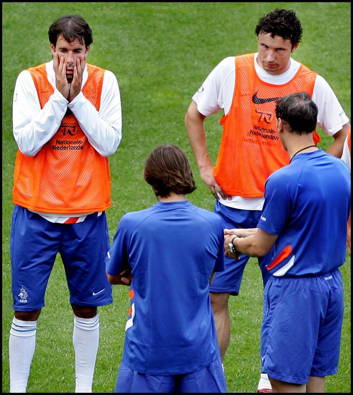 Ruud van Nistelrooy en Mark van Bommel luisteren naar bondscoach Marco van Basten.