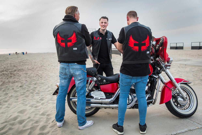 Leden van Motor Vrienden Club met de Bijbel voorafgaand aan een ritje naar Hoek van Holland. Oprichter Glenn Rietveld (m).