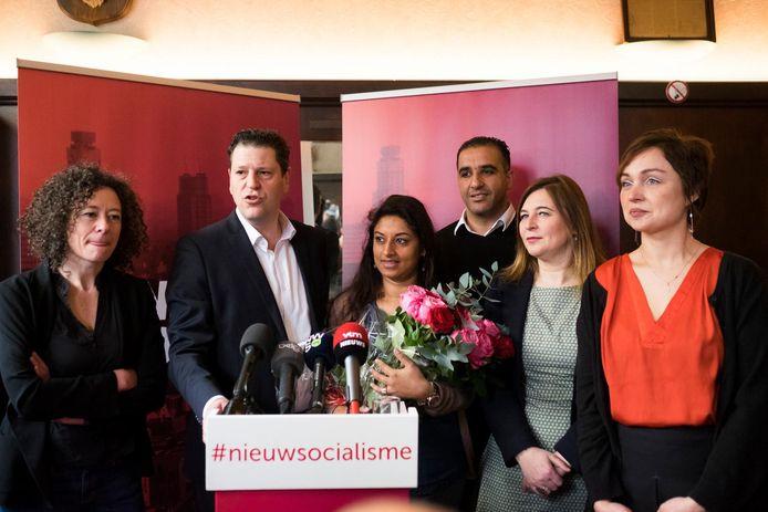 Tatjana Scheck (rechts) bij de voorstelling van de lijst voor de gemeenteraadsverkiezingen. Van links naar rechts herkent u Yasmine Kherbache, Tom Meeuws, Jinnih Beels, Karim Bachar en Güler Turan.