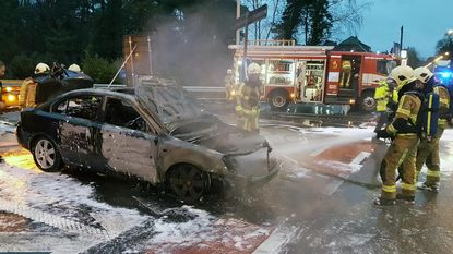 Bestuurder vlucht net op tijd uit brandende auto