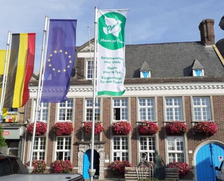 De vlag van 'Mayors For Peace' hangt aan het gemeentehuis van Lichtervelde