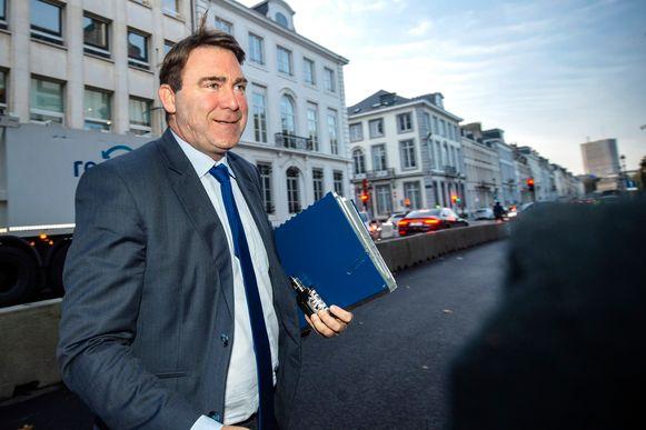 Minister van Zelfstandigen Denis Ducarme (MR) breidt overbruggingskrediet uit naar 30.000 zelfstandigen in bijberoep.