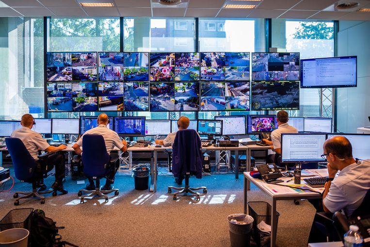 40 camerastandpunten worden live gemonitord op een muur van tv's in de commandopost. Politie- en hulpdiensten zitten er zij aan zij.