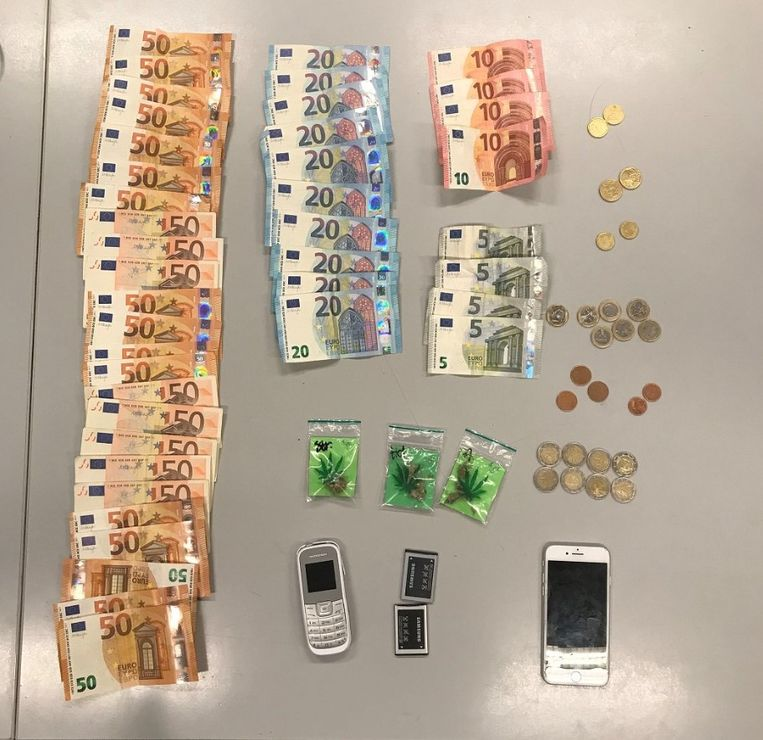 De in beslag genomen drugs, goederen en cash geld.