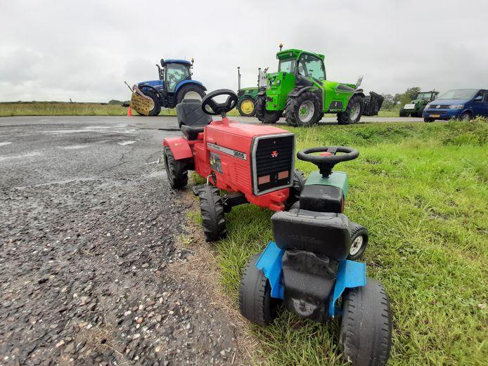 Aan de Molendijk in Kamperland verzamelden woensdag ongeveer dertig boeren zich met een tiental trekkers.