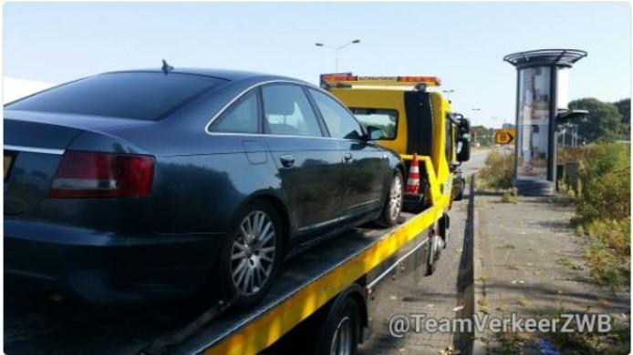 De achterhaalde gestolen auto wordt getakeld om deze af te voeren.