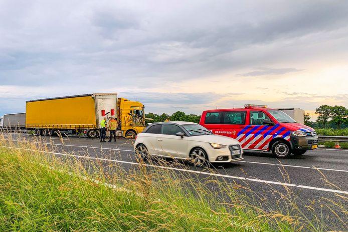 Flinke ravage op de A67 ter hoogte van Lierop, nadat een vrachtwagen tegen de vangrail aan reed.