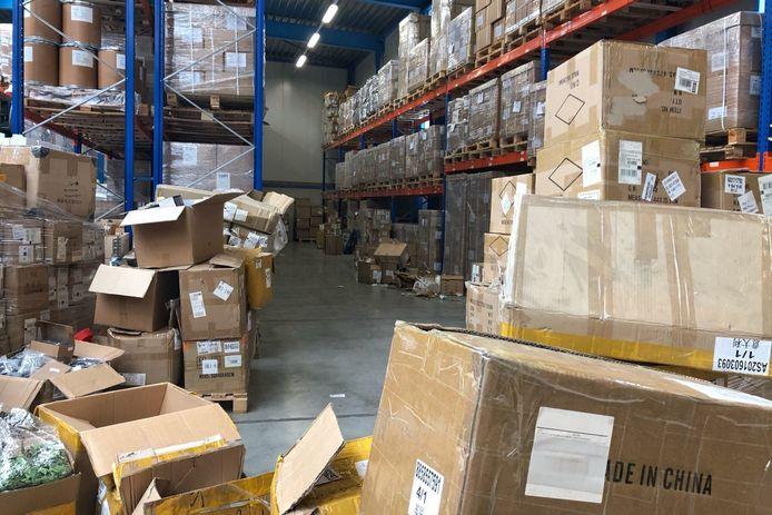 Een inval afgelopen woensdag in een pakhuis van webwinkel Superaankoop. De Fiod verdenkt het bedrijf van het ontduiken van 2,5 miljoen euro aan btw en douanerechten.