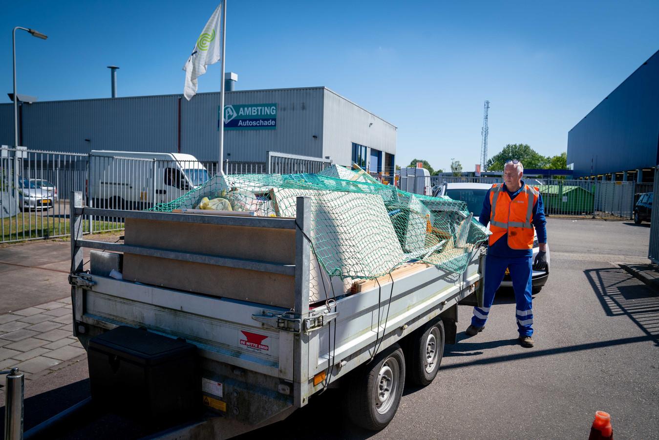 Corona-topdrukte bij Afvalbrengstation Arnhem Zuid aan de De Overmaat. 'Wat er op de dubbelasser lag was kort en klein geslagen. Degelijk sloopwerk.'