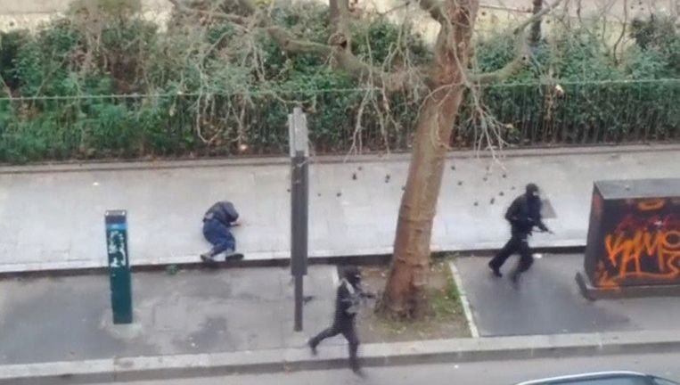 Ahmed ligt levenloos op het voetpad. Met een schot in zijn hoofd maakten de terroristen hem genadeloos af.