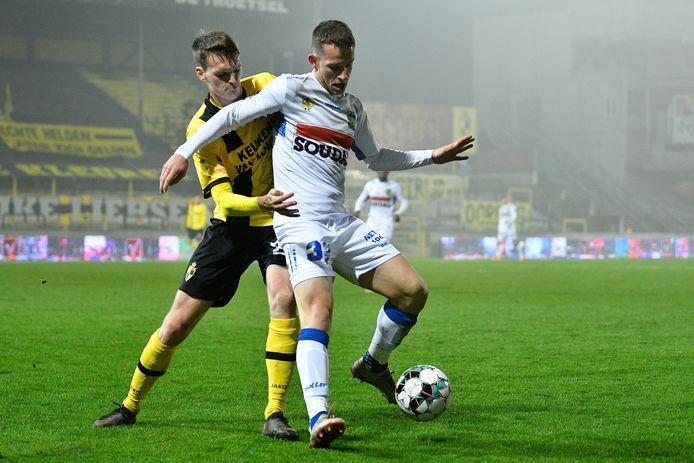 Hannes Smolders in duel met Christophe Janssens van Westerlo. Zaterdag wacht een trip naar leider Union.