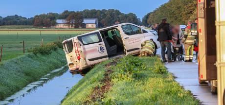 Twee gewonden bij aanrijding Urkerweg, busje belandt net niet in de sloot