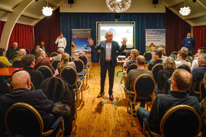 In een stampvol dorpshuis gaf Henk Bleker van PowerField onlangs een toelichting op de plannen om in Wanneperveen te komen tot een zonnepark.