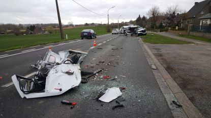 Ravage op N8 na crash tegen vrachtwagen: bestuurder als bij wonder slechts lichtgewond