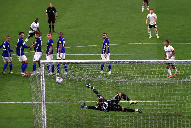 Fulham's Neeskens Kebano  scoort zijn tweede doelpunt in de wedstrijd tegen tegen Cardiff.  Beeld BSR Agency