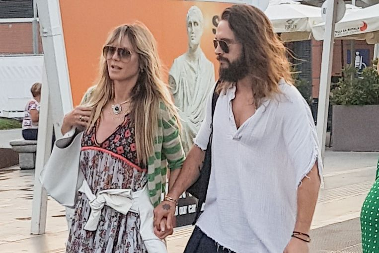 Heidi Klum en Tom Kaulitz in Napels. Om de scheur te verdoezelen, droeg Heidi een trui over haar jurkje.