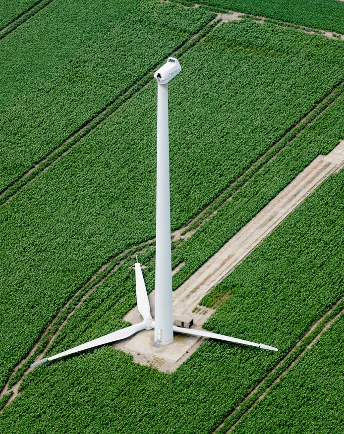 Een windmolen met de wieken ernaast.