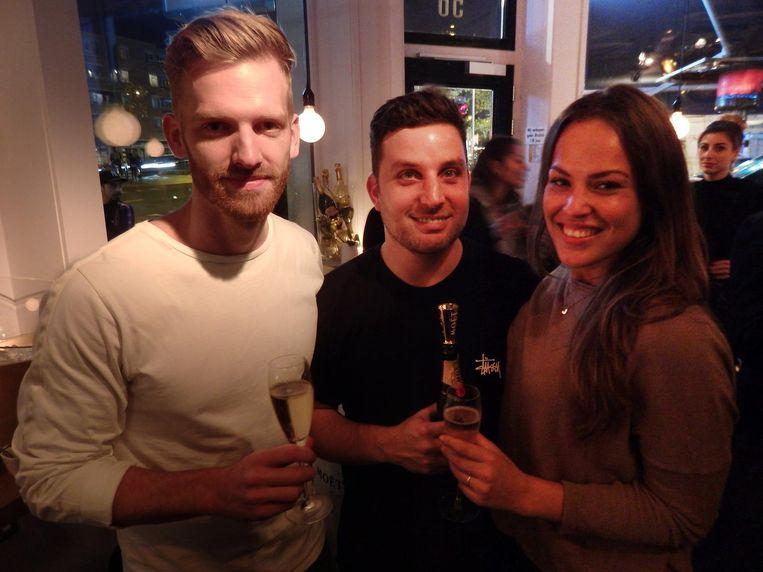 Blogger Jelmer de Boer (l), dj Ron Simpson en blogger Jenny Alvares. Of Alvares graag champagne drinkt? 'Ja natuurlijk, wat denk je zelf?' Beeld Schuim