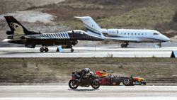 VIDEO. Motor wint race tegen vliegtuigen en sportwagens