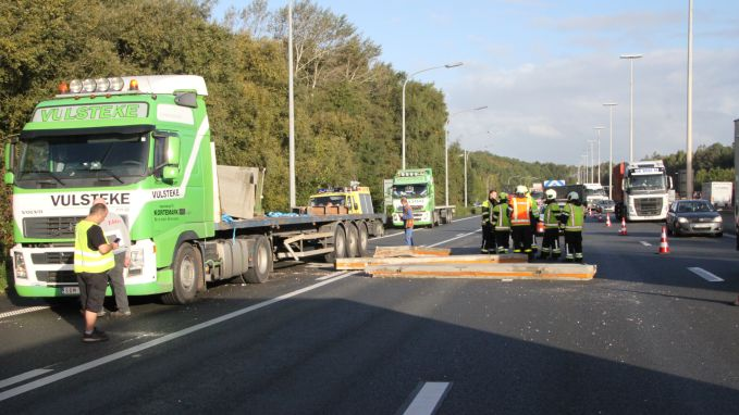 Betonplaten versperren E403 na botsing tussen vrachtwagens