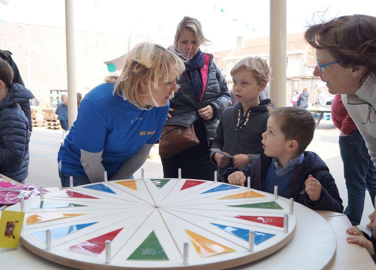In de Gemeenteschool konden de kinderen genieten van volksspelen.