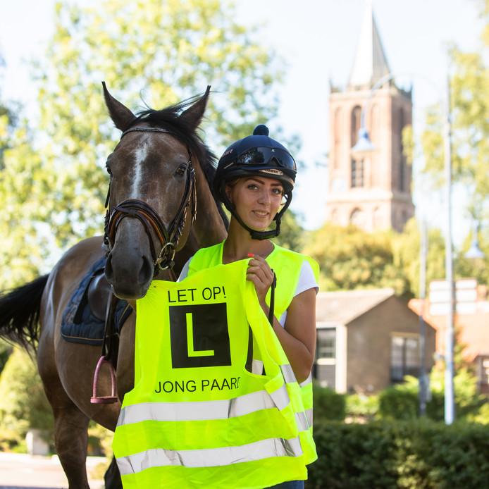 Chantal Korver met het hesje en haar eigen paard: Admiral, een Engelse volbloed van de renbaan.