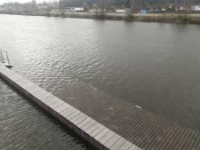 Aanlegsteiger bij De Gruyterfabriek door hoogwater niet meer te gebruiken