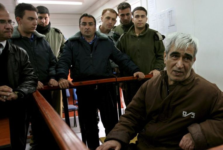 Sadaat (rechts) begin dit jaar in de rechtbank vlak voor zijn verhoor. Foto EPA/Atef Safadi Beeld