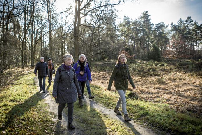 Wandelaars deden in Beuningen mee aan een stiltewandeling.