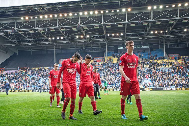 Spelers van FC Twente verlaten het veld na de verloren wedstrijd tegen Vitesse. Beeld Guus Dubbelman / de Volkskrant