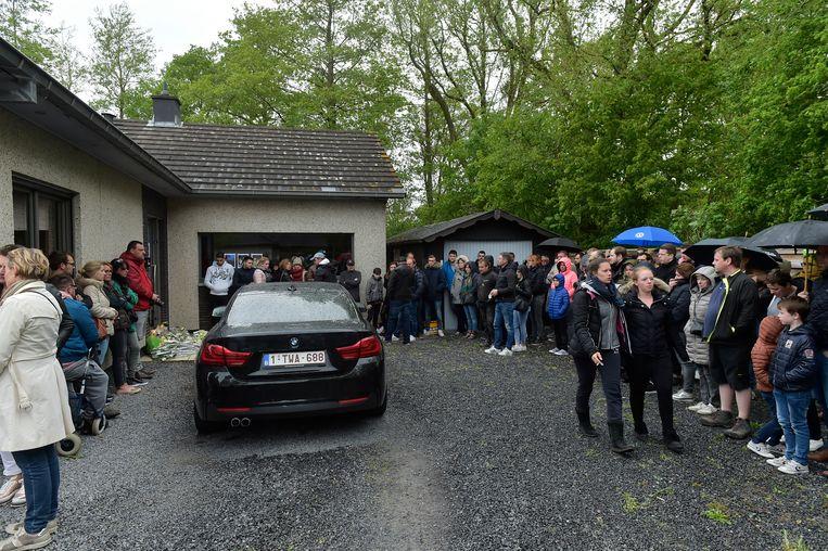 Familie en vrienden kwamen gisteren bloemen neerleggen aan de woning waar de moord plaatsvond.