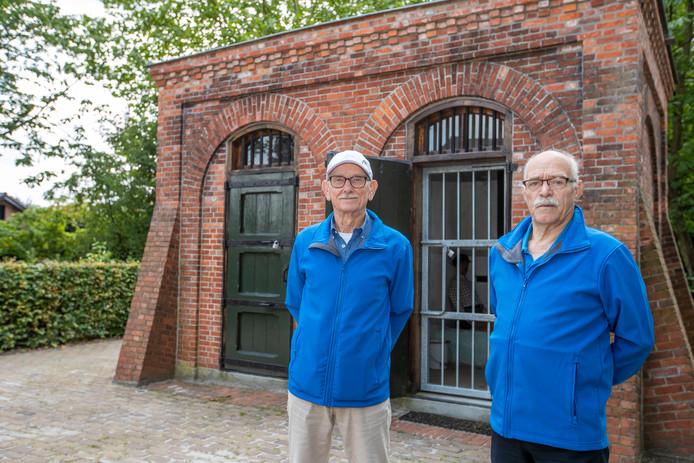 Cicerones Peter van den Heuvel (l) en Wim Cremers bij het Prisonneke in Budel-Dorplein.