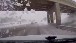 Voorruit breekt door sneeuw als wagen onder brug rijdt