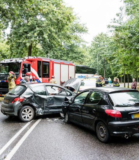 Twee auto's botsen tegen elkaar in Tilburg, een bestuurder gewond naar ziekenhuis