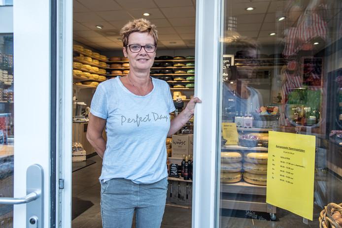 Sebilla van der Camp van de kaaswinkel in Groesbeek draait een tropenrooster: de klanten komen vroeger.  Foto Theo Peeters