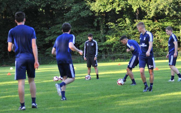 Spelers en trainer Anoush Dastgir op de eerste training van DUNO.