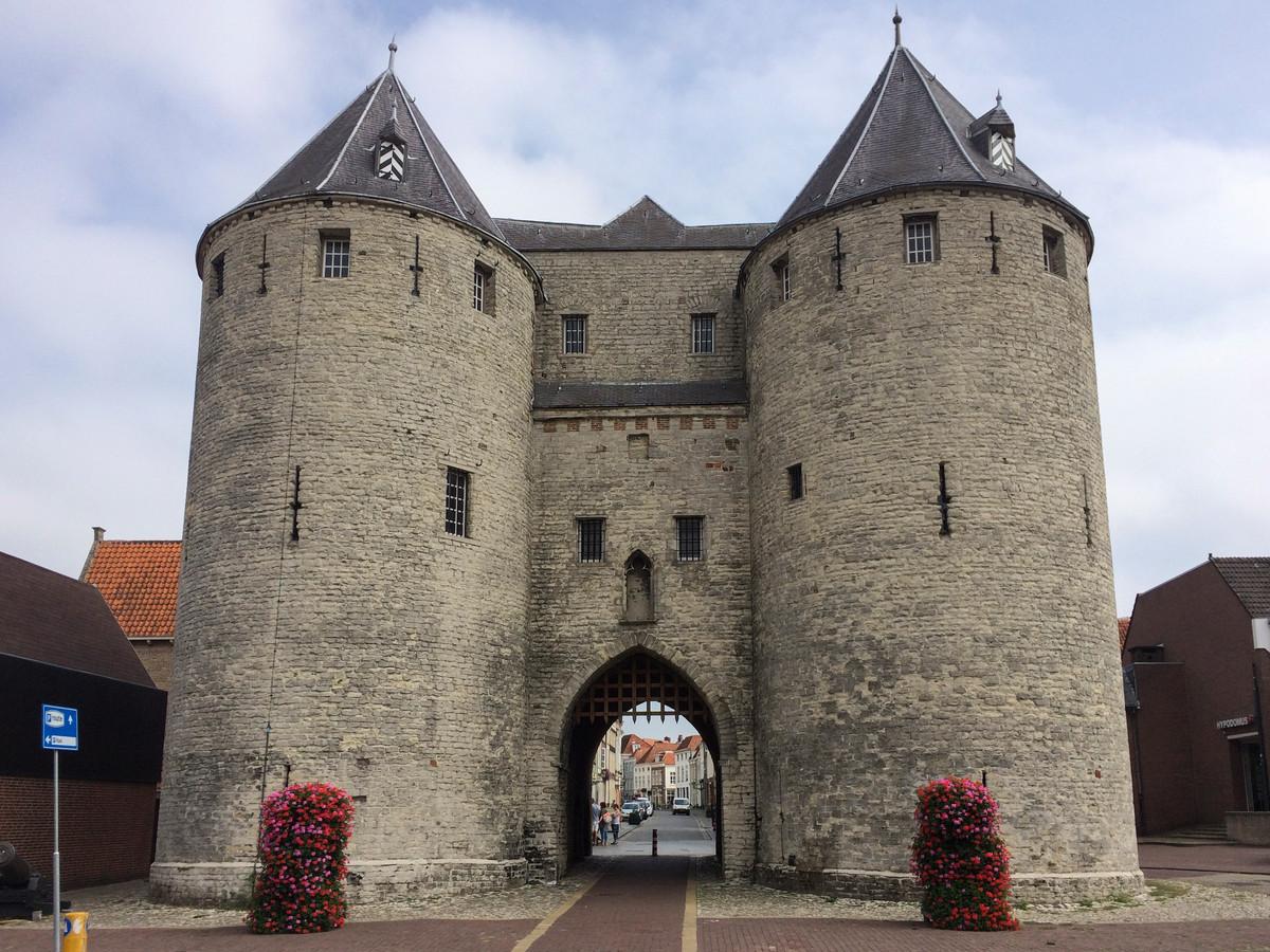 De Gevangenpoort in Bergen op Zoom, een van de vestingsteden van de eeuwenoude Zuiderwaterlinie. Het IVN gaat recreatie-ondernemers cursus geven over de hele historische verdedigingslijn.