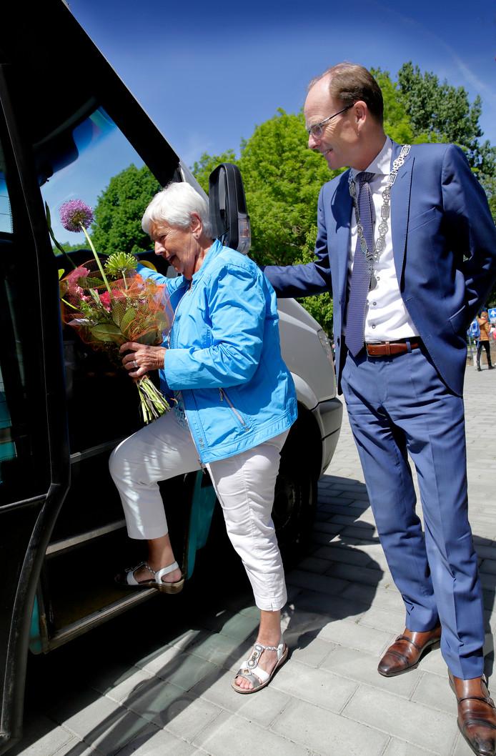 De 100.000 ste passagier stapt in de buurtbus.