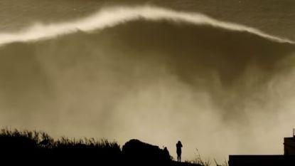 Waanzin: surfer bedwingt golf van maar liefst 35 meter hoog, meteen ook een wereldrecord