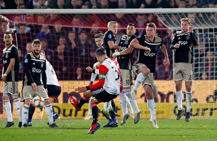 Robin van Persie mikt naast in de halve finale van de KNVB-beker tegen Ajax, die Feyenoord vorig jaar met 0-3 verloor.