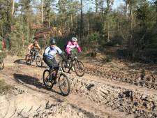 Honderden mountainbikers trotseren kou op Lemelerberg