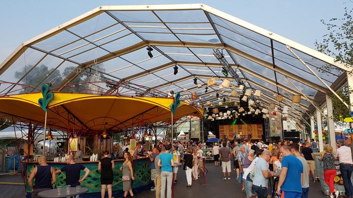 Lampenkappen versieren de enorme overkapping op Kelfkensbos.