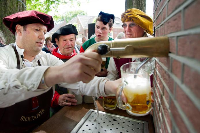 Een traditie die ze in Esch al vijftig jaar kennen. Nieuwe inwoners welkom heten bij de Bierpomp. Die cultuur-elementen wil men behouden.