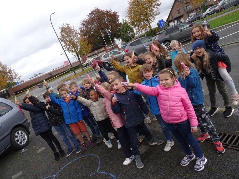 De leerlingen van De Duizendpootrakkers kleurden het asfalt met krijt.