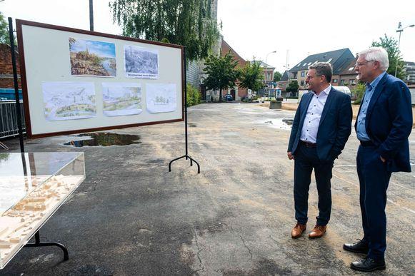 Burgemeester Rob Mennes (CD&V) en minister Koen Van den Heuvel (CD&V) bekijken de toekomstplannen die er bestaan voor de Schelse dorpskern.