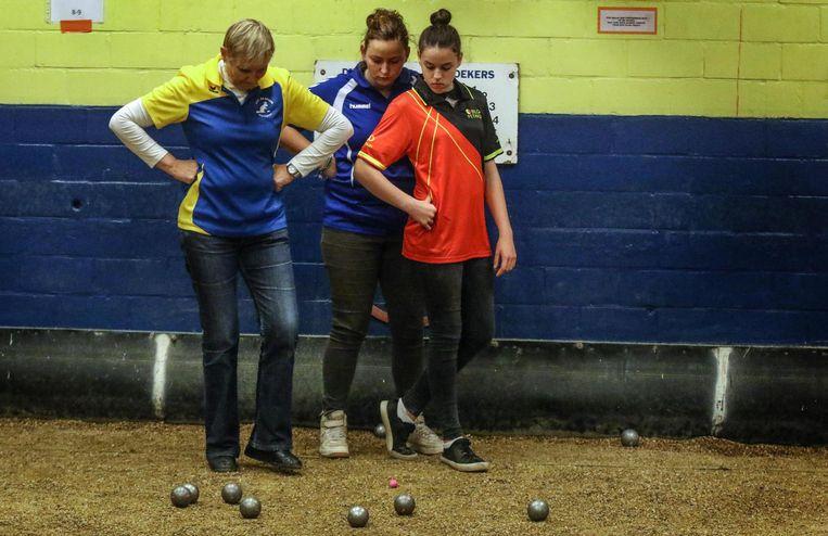 Enkele speelsters kijken welke bal het dichtste ligt.