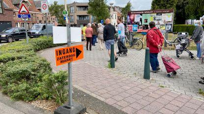 Een wachtrij in de Gelmelenstraat: aanschuiven voor de eerste zaterdagmarkt